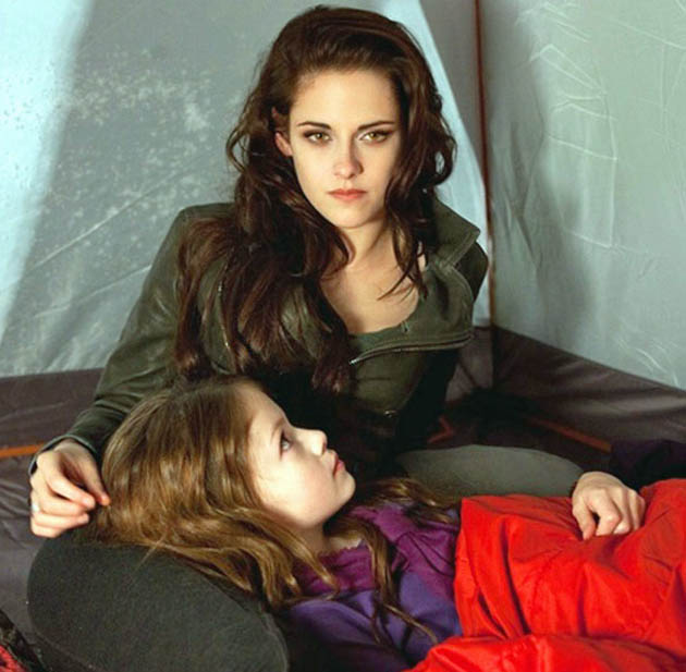 Kristen Stewart Twilight Breaking Dawn Part 2 Mackenzie Foy hybrid child Renesmee