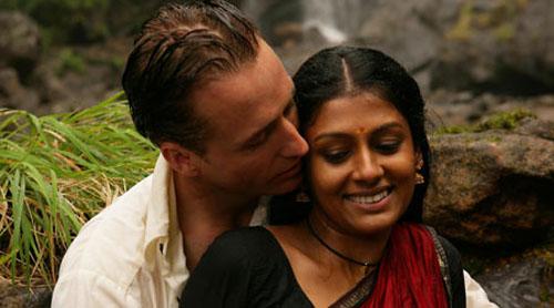 Linus Roache, Nandita Das in Before the Rains