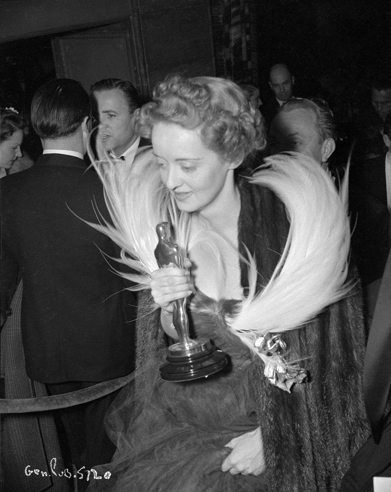 Bette Davis at Oscar ceremony 1938