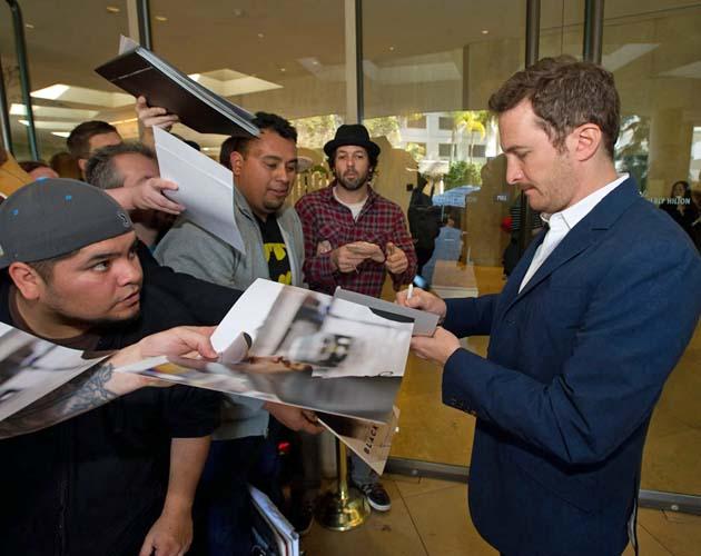 Darren Aronofsky Best Director contender signs autographs Oscar Nominees Luncheon