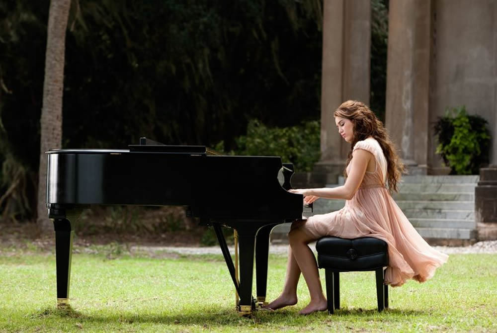 Miley Cyrus playing the piano, The Last Song Nicholas Sparks